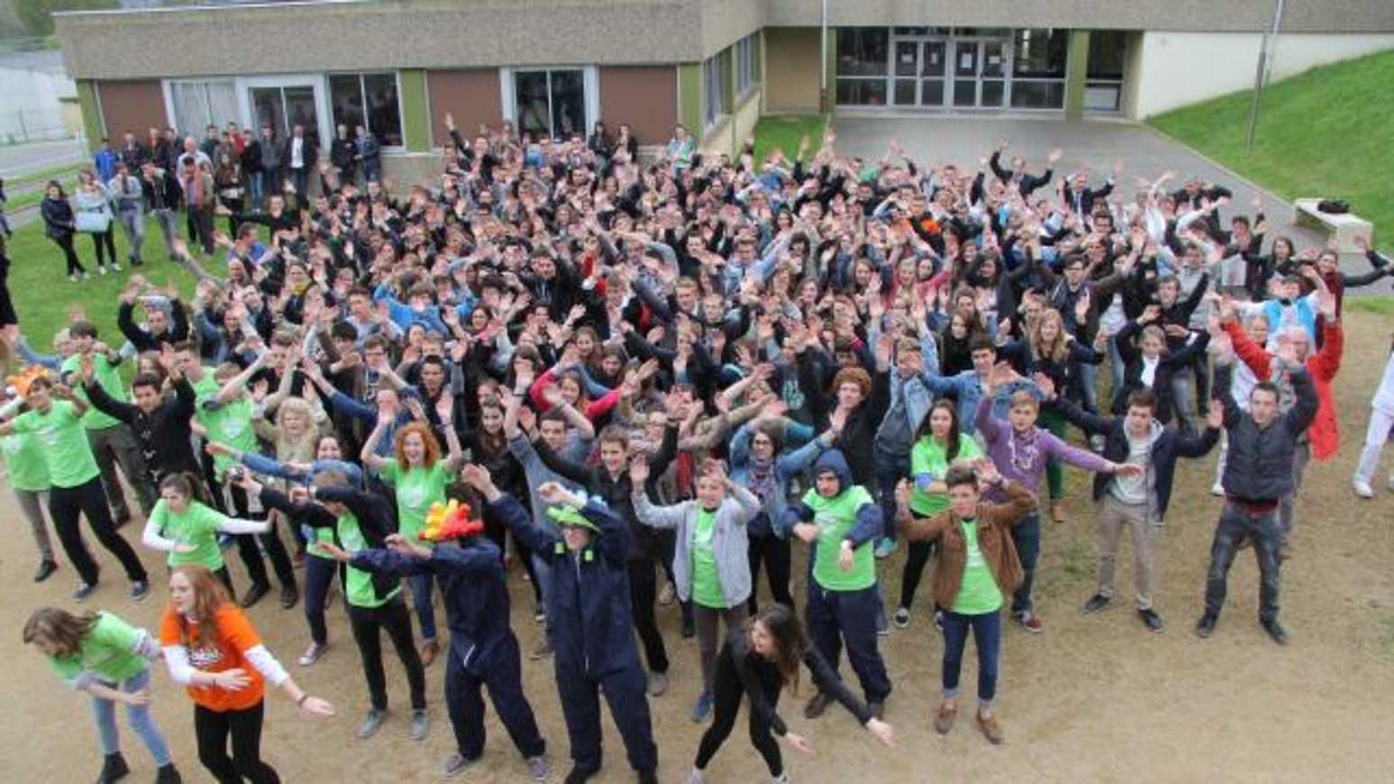 Flash mob géant. Les lycéens d''Henri-Avril créént le buzz à Lamballe ! (OF) 0