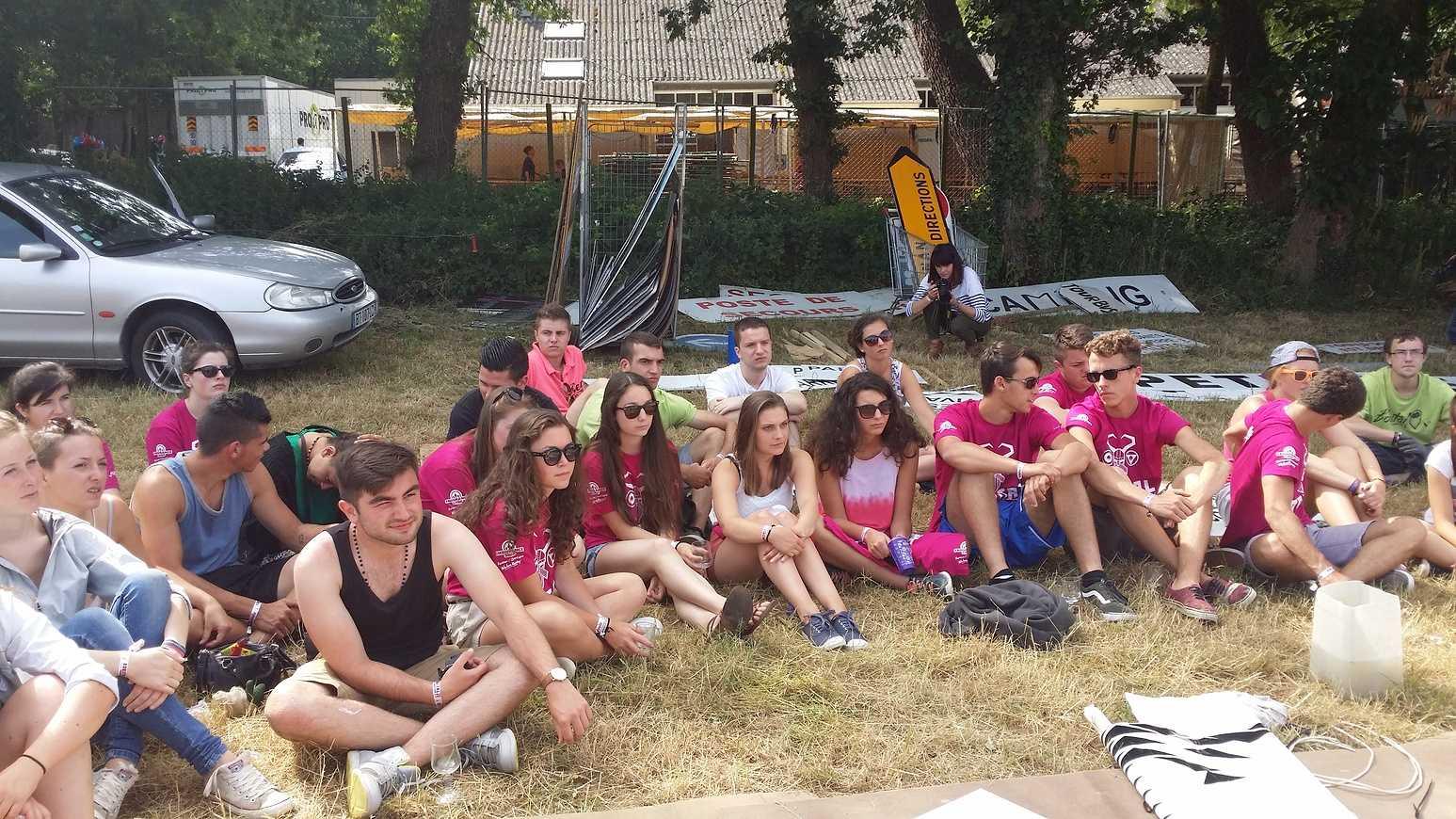 Les élèves du Lycée HENRI AVRIL et MARCELLIN-BERTHELOT de Questembert,responsables Tri et prévention au festival de Bobital. 20150703111642