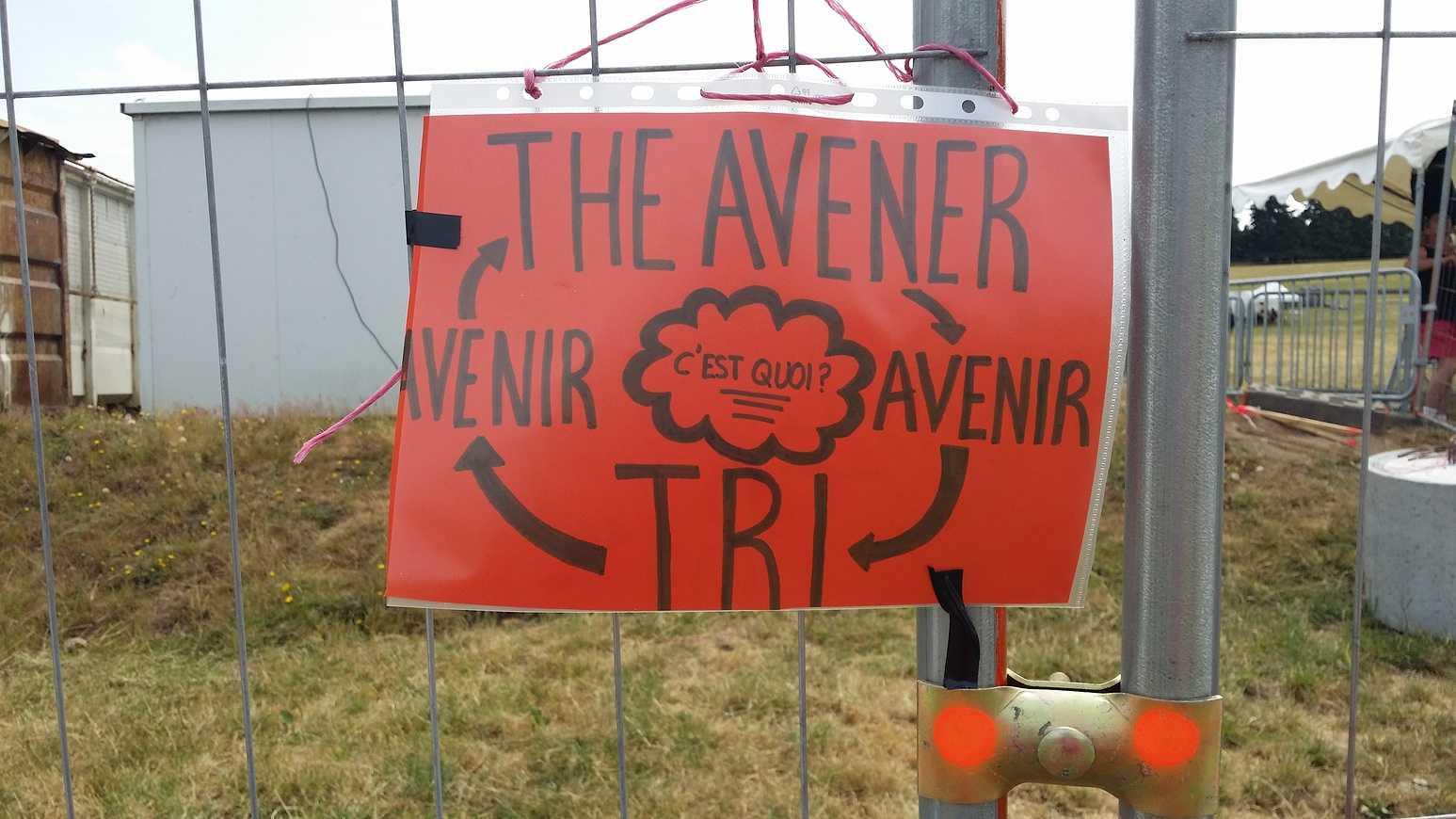 Les élèves du Lycée HENRI AVRIL et MARCELLIN-BERTHELOT de Questembert,responsables Tri et prévention au festival de Bobital. 20150703122920