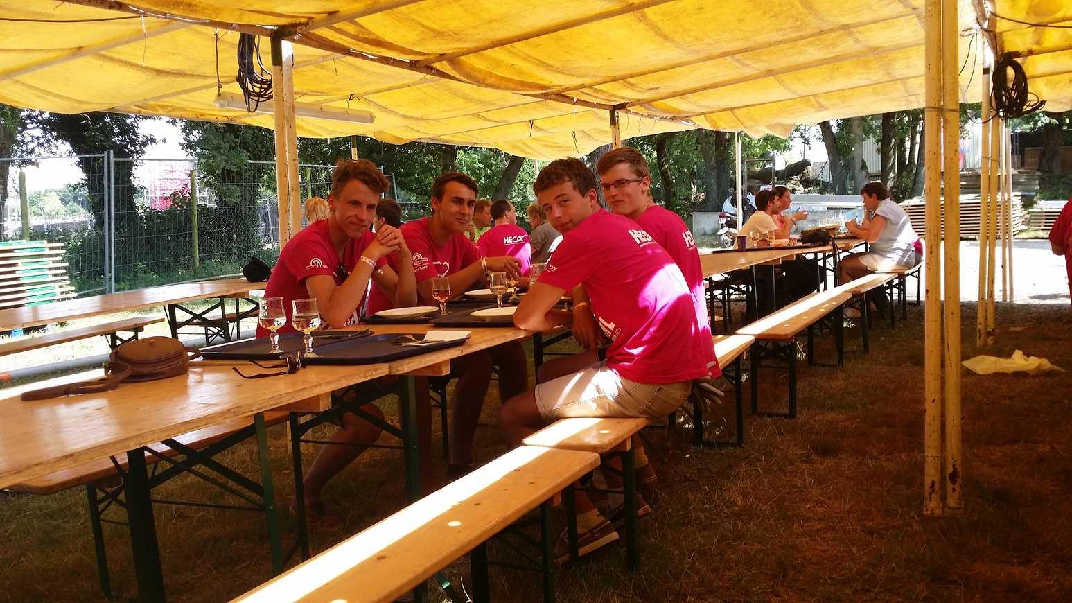 Les élèves du Lycée HENRI AVRIL et MARCELLIN-BERTHELOT de Questembert,responsables Tri et prévention au festival de Bobital. 20150703131724