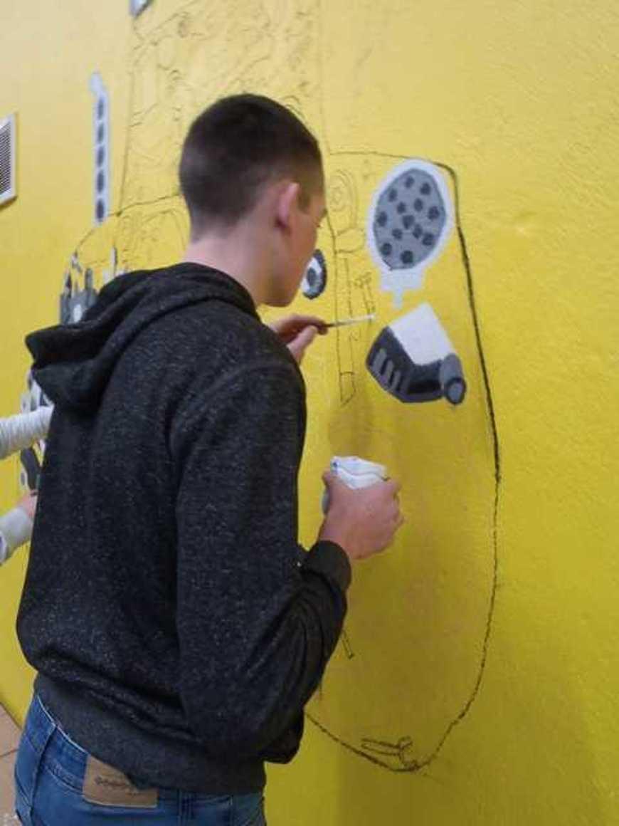 Des fresques pour égayer les ateliers p2190036