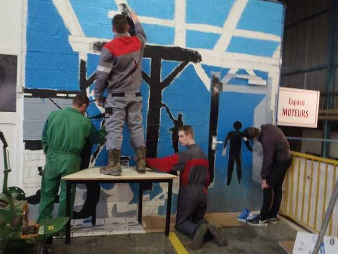 Des fresques pour égayer les ateliers p3120008
