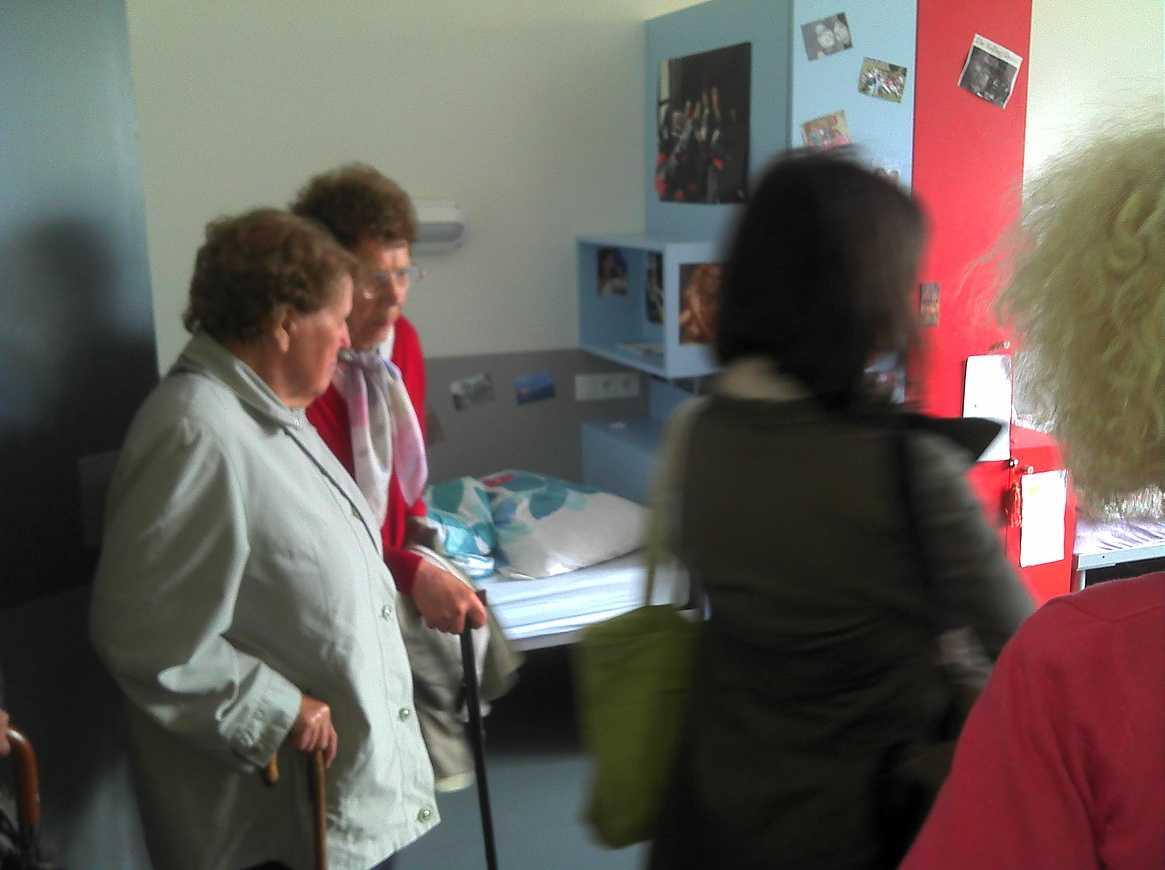 Des personnes du Foyer logement de Lamballe ont visité l''internat 2011-06-0715-41-11772