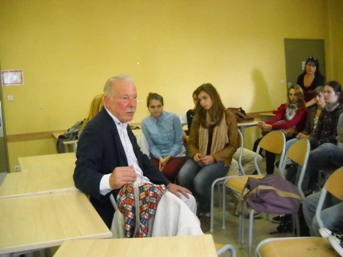 Quand le poète Moncef Ghachem vient nous parler de printemps arabe et de poésie, un compte-rendu de Charles Gesret. dscn3248