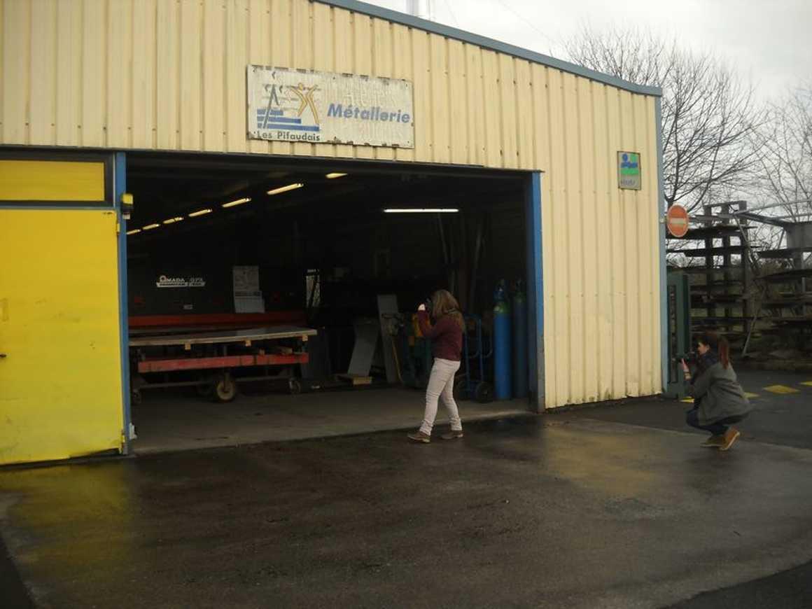 Jasmine et Marjolaine photographient les travailleurs des ateliers Pifaudais dscn3848bis
