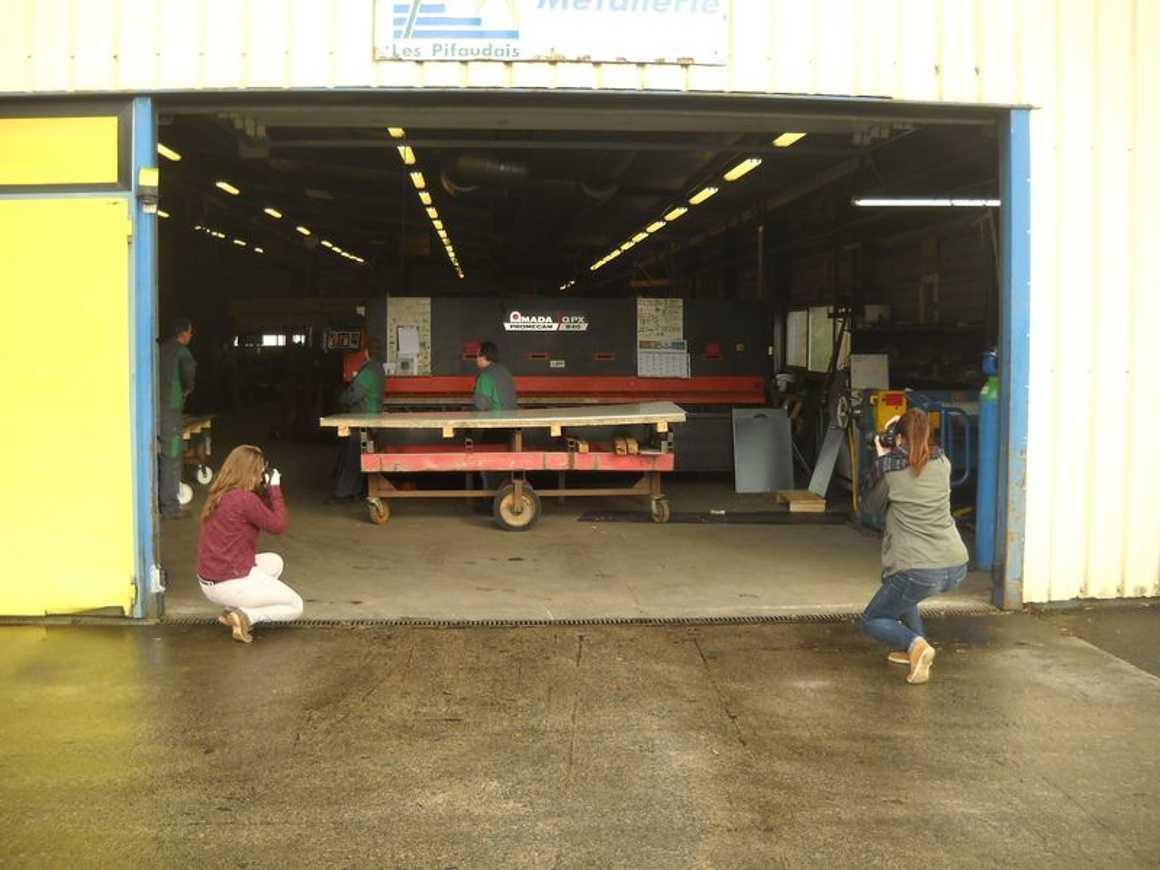 Jasmine et Marjolaine photographient les travailleurs des ateliers Pifaudais dscn3849bis