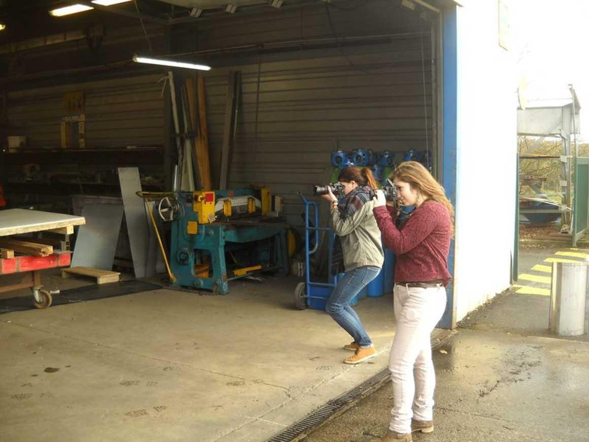 Jasmine et Marjolaine photographient les travailleurs des ateliers Pifaudais dscn3850bis