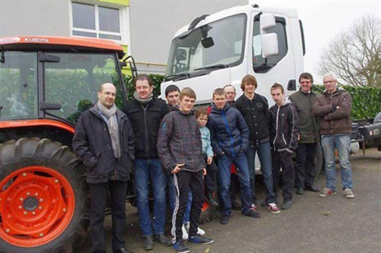 Tracteur, camion... débarquent au collège Le Volozen (OF) 0