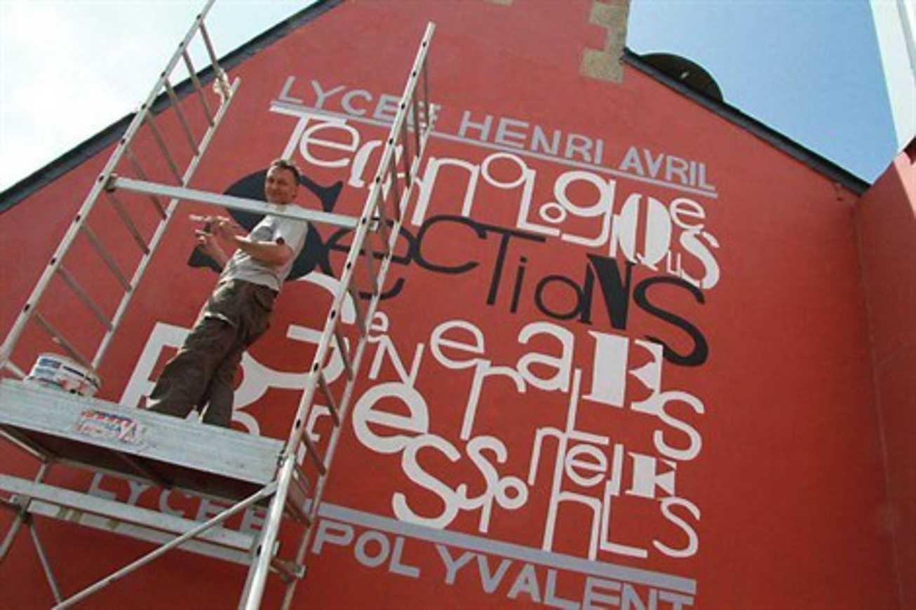 Il peint une fresque murale au lycée Henri-Avril (OF) 0