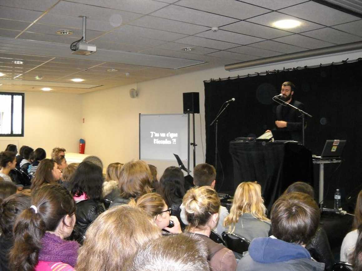 Sapritch anime une conférence chantée dans le cadre de cité rap dscn4966
