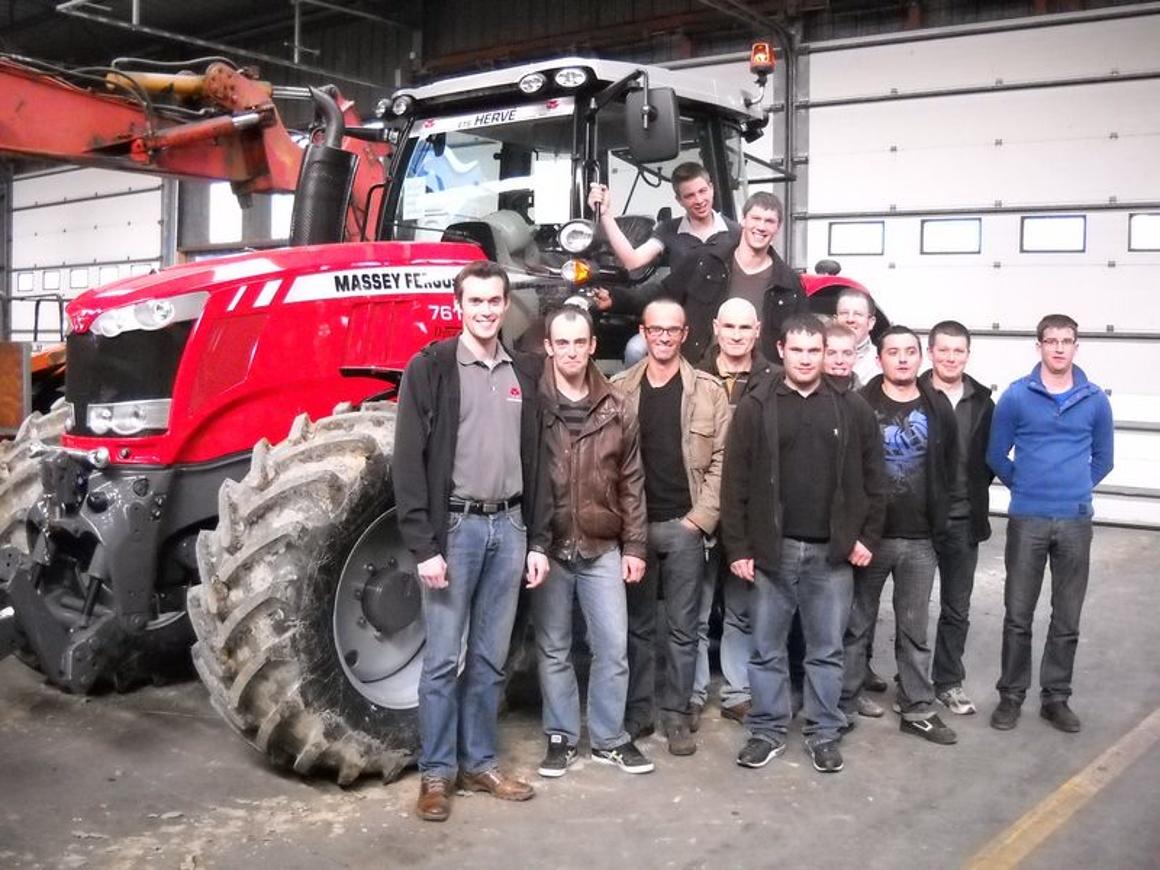 Dix techniciens en maintenance agricole des entreprises Massey Ferguson en formation au lycée 0