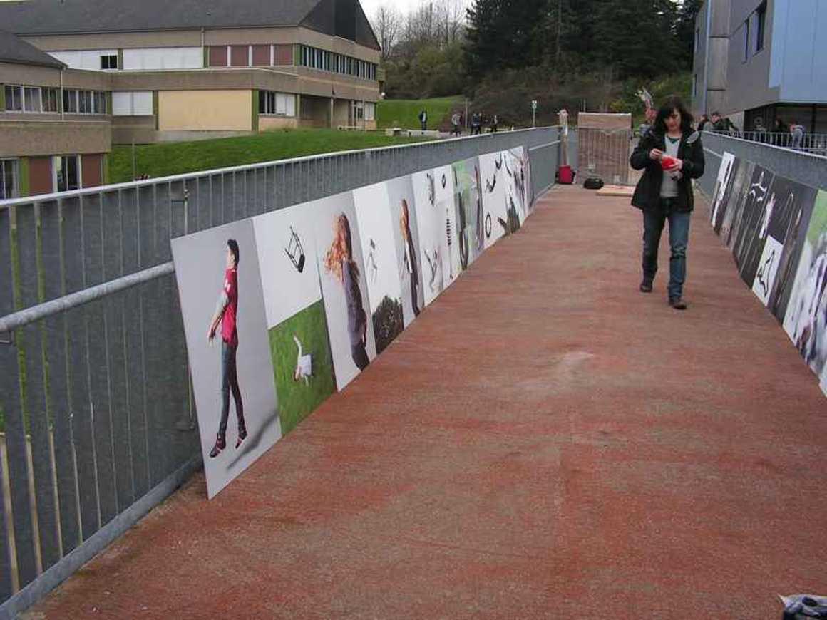 La passerelle devient lieu d''exposition pict0101