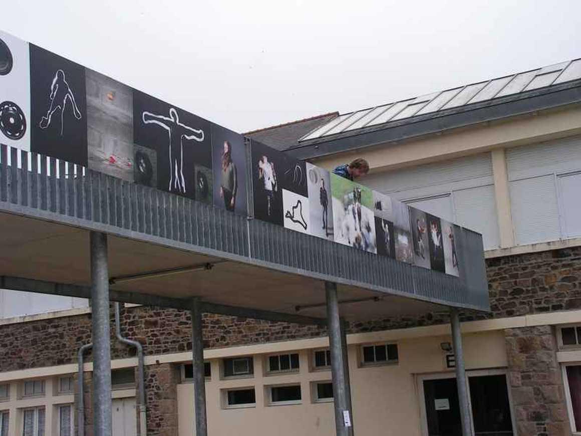 La passerelle devient lieu d''exposition pict0112
