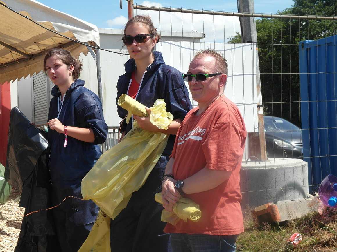 A Bobital sous la pluie, les lycéens d''Henri Avril agissent pour le tri sam3953