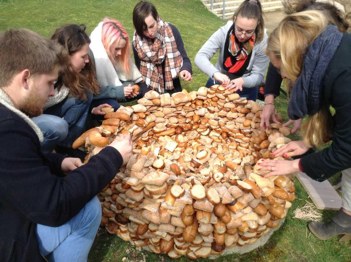 Une tour de pain s''élève devant l''internat img1153