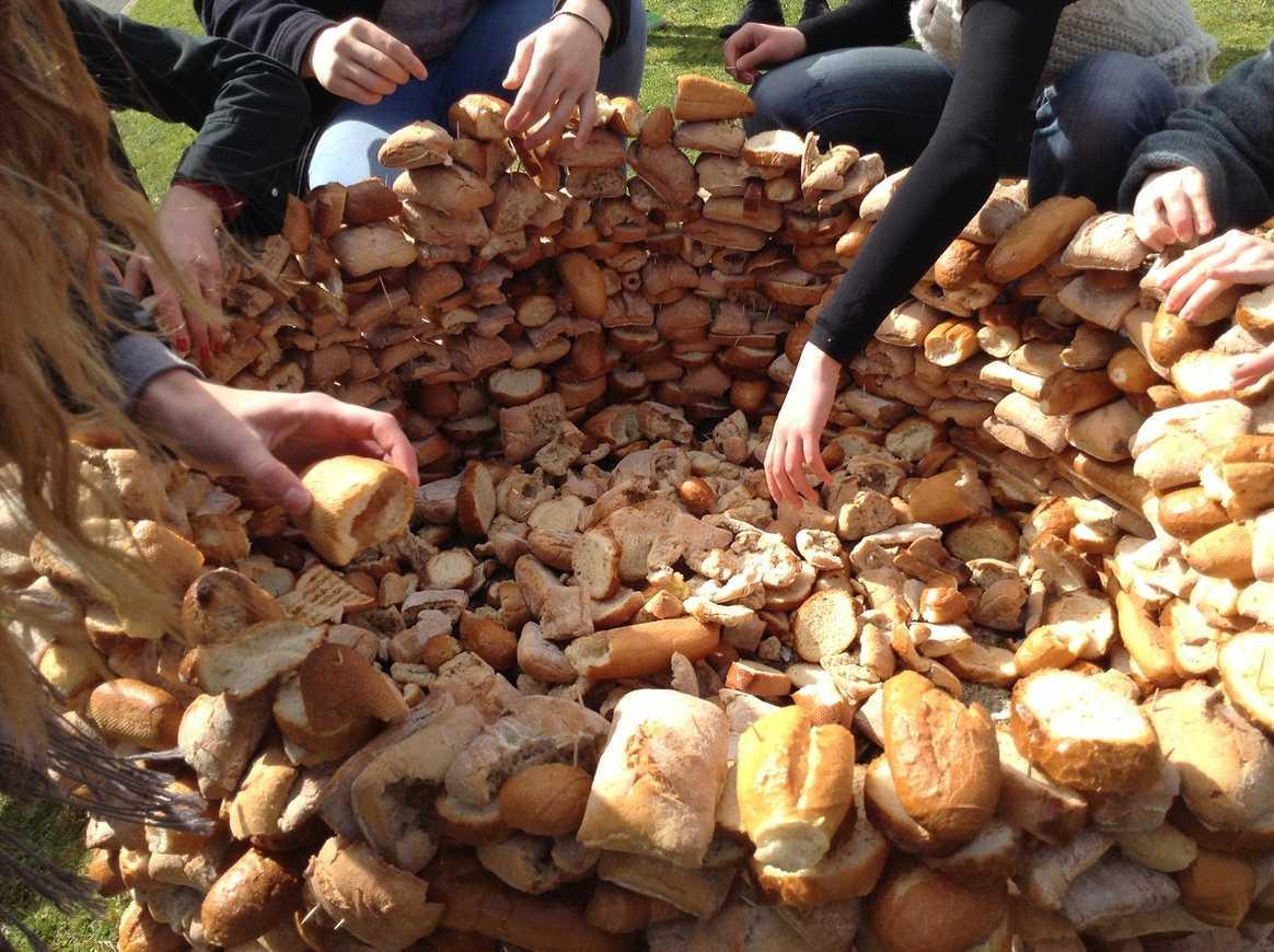 Une tour de pain s''élève devant l''internat img1161