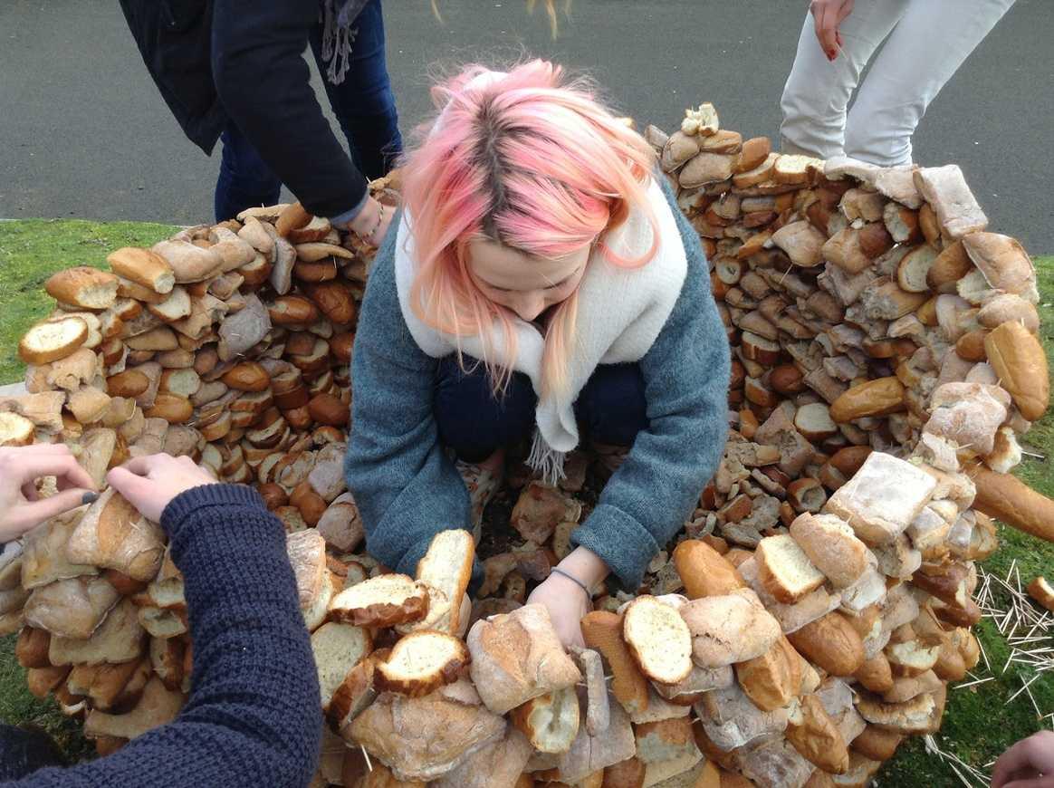 Une tour de pain s''élève devant l''internat img1178