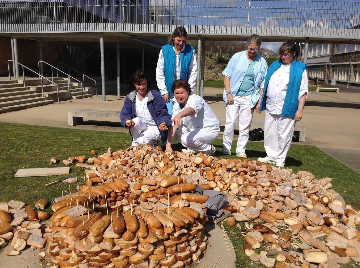 Une tour de pain s''élève devant l''internat img1221