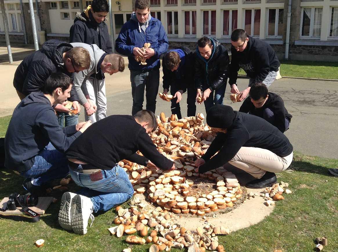 Une tour de pain s''élève devant l''internat img2192