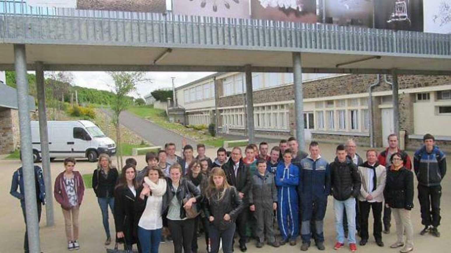 Au lycée Henri-Avril, une exposition sur la passerelle (OF) 0