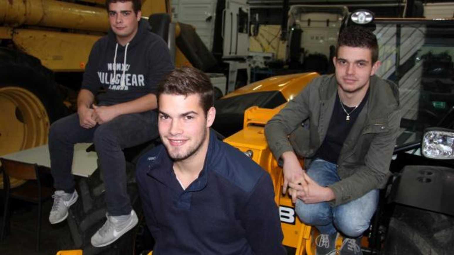 Un trio de jeunes mécanos en haut du tableau 0