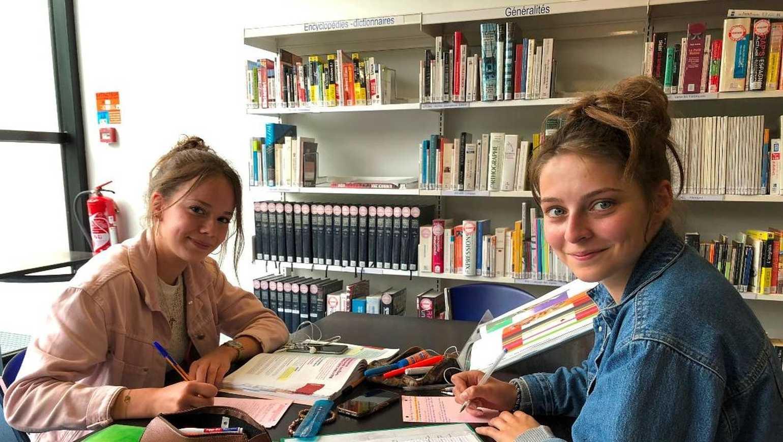 A la bibliothèque, les lycéens révisent au calme. 0