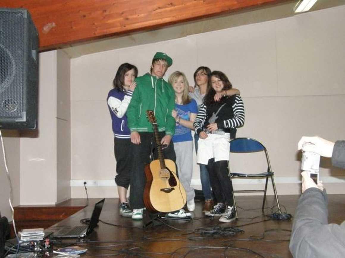 """Julie, Laura, Océane et leurs ami(e) s dansent pour ''''Crayons de couleur"""" 0"""