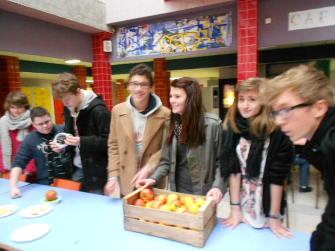 Distribution de pommes par les élèves du CVL pommesalarecre71212003
