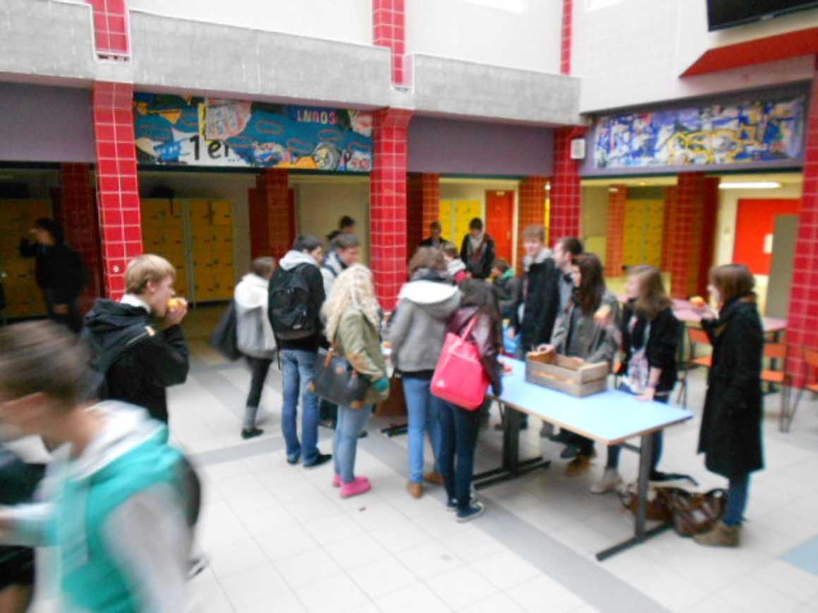 Distribution de pommes par les élèves du CVL pommesalarecre71212005