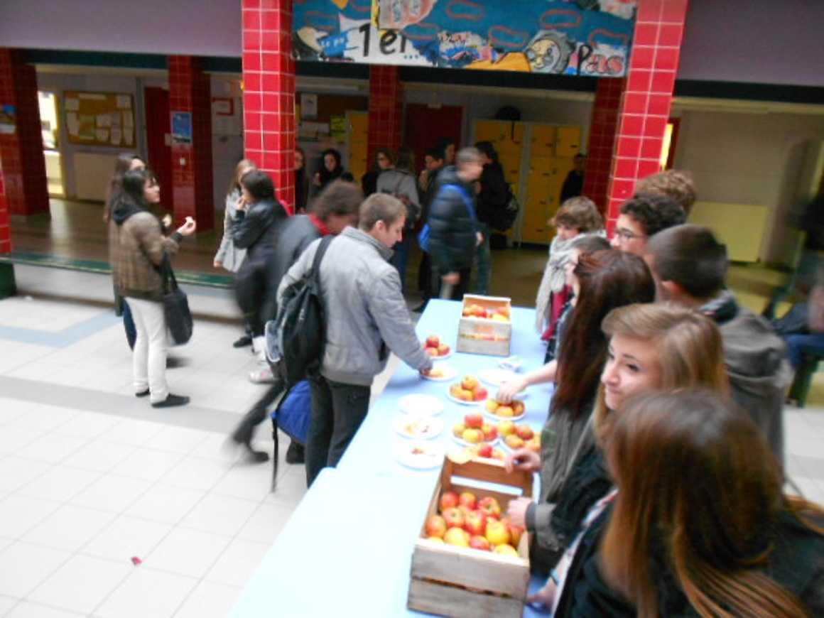Distribution de pommes par les élèves du CVL 0