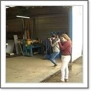 jasmine et marjolaine photographient les travailleurs des ateliers pifaudais