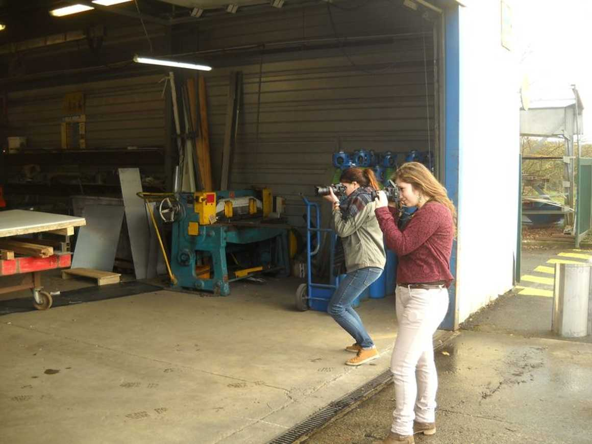 Jasmine et Marjolaine photographient les travailleurs des ateliers Pifaudais 0